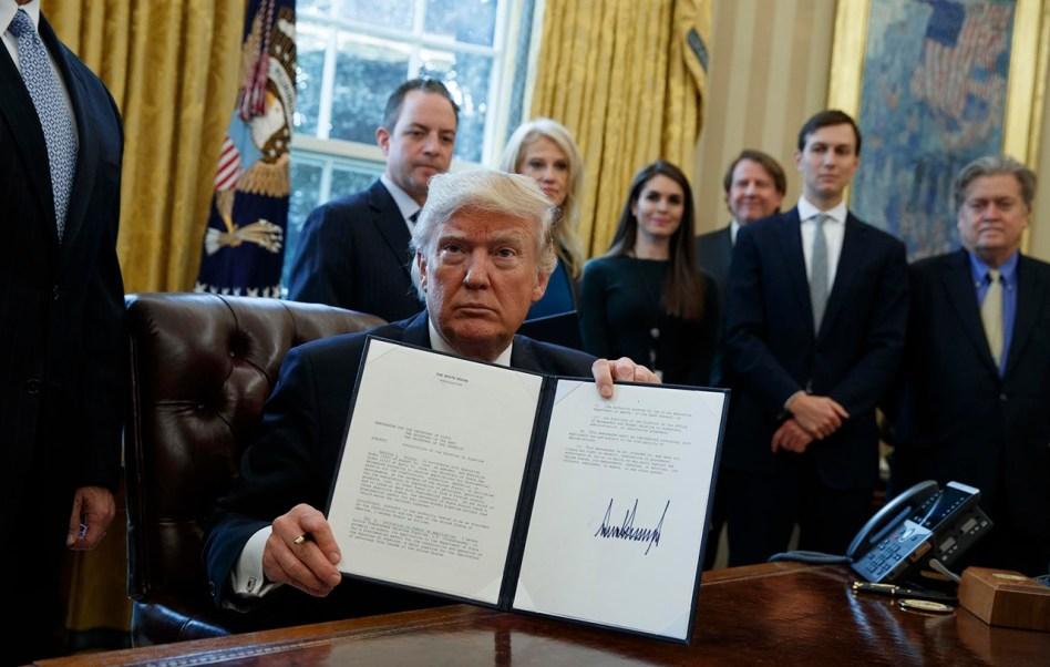 Trump aprueba oleoductos (AP)
