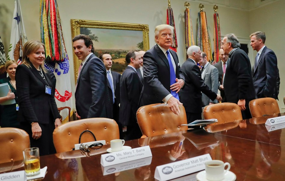 El presidente de Estados Unidos, Donald Trump, se reúne con presidentes ejecutivos de la industria automotriz (AP)