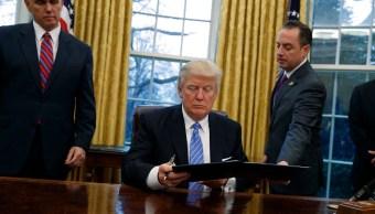 El presidente Donald Trump firma órdenes ejecutivas (AP)