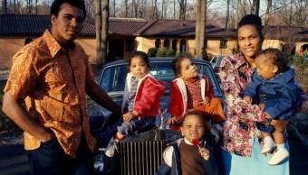 Muhammad Ali con sus dos hijas gemelas Jamillah y Rasheda, su hija Maryum, y su esposa Khalilah (Belinda) cargando a su hijo Muhammad Ali Jr. todos parados a un costado de su coche afuera de casa (Getty Images/archivo)