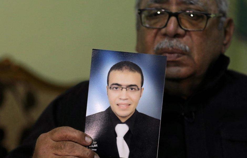 Reda Abdullah al-Hamamy, padre de Abdullah Reda al-Hamamy, sospechoso de atacar a un soldado en el Museo del Louvre de París sostiene una foto de su hijo durante una entrevista con Reuters en Daqahliya, Egipto. (Archivo)