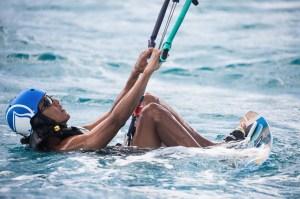 Barack Obama practicando 'kitesurf' durante sus vacaciones en las Islas Vírgenes Británicas. (Reuters)