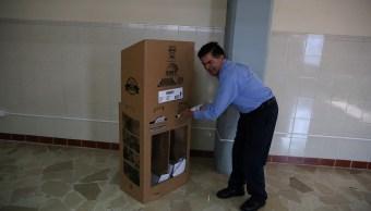 Un hombre deposita su voto en una mesa electoral en una jornada donde se decidirá al nuevo presidente de Ecuador. (REUTERS)