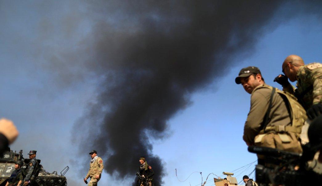 Miembros de las fuerzas de seguridad iraquíes durante una batalla con los militantes islámicos al oeste de Mosul. (Reuters)