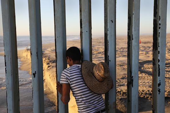 Esta medida implementada por el gobierno estadounidense impide meter la mano entre las vigas, como acostumbraban muchos ciudadanos que se reencontraban en esa zona. (Getty Images, archivo)