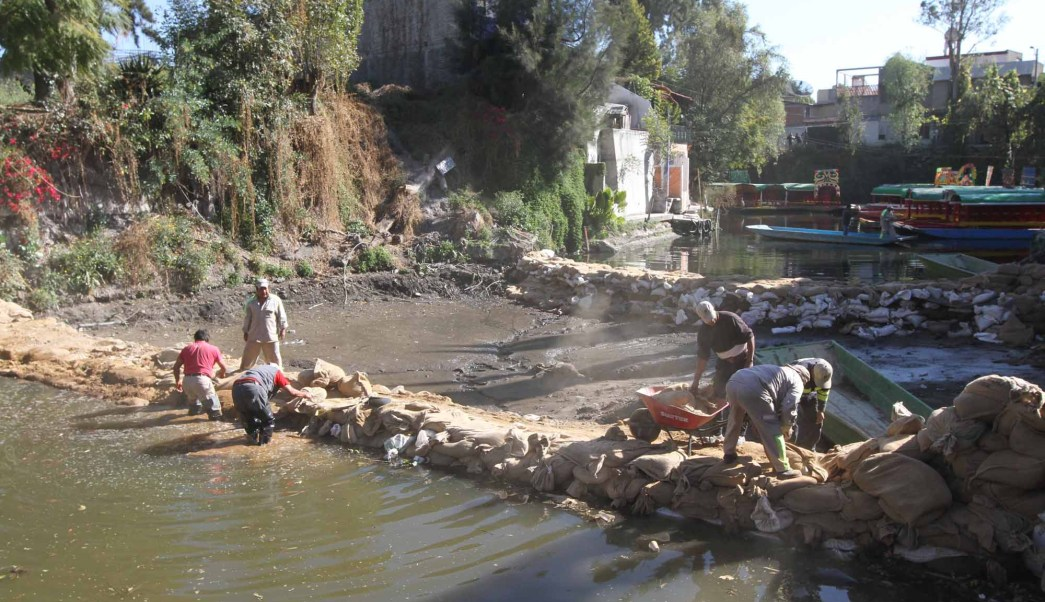Fotografía que muestra la grieta que se originó en el embarcadero de Zacapa, en Xochimilco. (Notimex/Archivo)