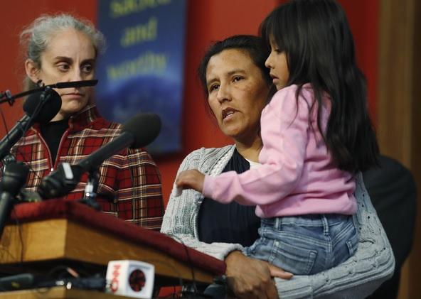 Jeanette Vizguerra, una mujer mexicana que intenta evitar la deportación de los Estados Unidos, centro, sostiene a su hija de 6 años, Zuri, en una iglesia donde se han refugiado (AP)