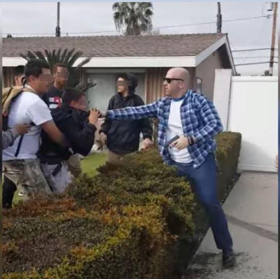 Un policía fuera de servicio dispara su arma contra un adolescente hispano en Anaheim, California. (Twitter@undocumedia)