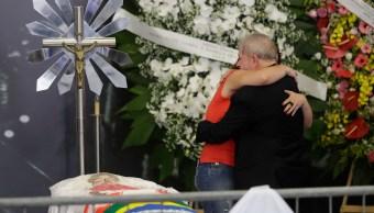 El ex presidente de Brasil, Luiz Inácio Lula da Silva, recibe un abrazo de una simpatizante junto al cuerpo de su esposa Marisa Leticia Lula da Silva durante el funeral. (AP)