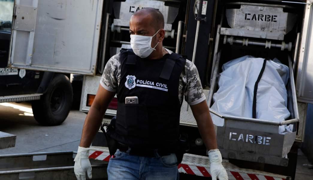 Un oficial de la Policía Civil acomoda los cuerpos en un camión de forenses en el Instituto Médico Legal de Vitoria, estado de Espírito Santo, Brasil. (AP)