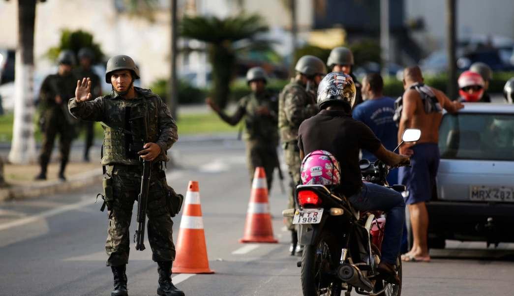 Soldados de la Marina inspeccionan a conductores en Serra, estado de Espírito Santo, tras la ola de violencia que dejó al menos 121 muertos. (AP)