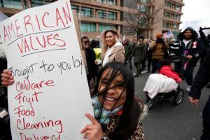 Eliana Gonzalez, de 9 años, de Woodbridge, Virginia, sostiene un cartel durante la marcha de Un día sin Inmigrantes en Washington, EU. (AP)