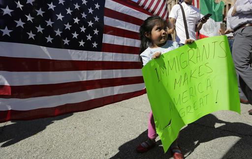 Yaretzi Perez, de 4 años, sostiene un letrero durante la marcha en la que acompaña a su familia en apoyo a los migrantes en Austin, Texas. (AP)
