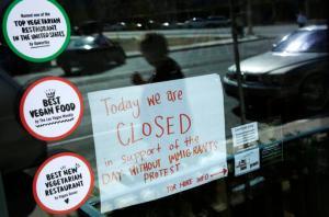 Un letrero en un restaurante de Las Vegas anuncia a sus clientes el cierre en apoyo a los migrantes. (AP)