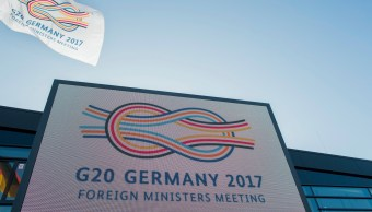 "El logo de la cumbre ""G-20 Alemania 2017"" visto en el exterior del World Conference Center de Bonn, Alemania (AP)"
