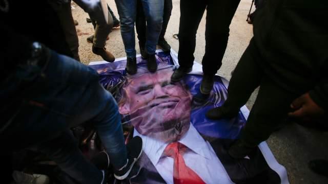 Durante las protestas en la ciudad de Hebrón, algunos palestinos pisotearon un cartel del presidente estadounidense Donald Trump . (AP)