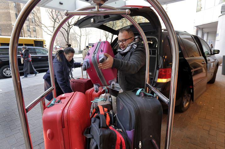 Ciudadanos con visa estadounidense procedentes de las 7 naciones de mayoría musulmana afectadas por el decreto del presidente Donald Trump, se apresuran a viajar con destino a EU, ante la suspensión del veto migratorio. (AP, archivo)
