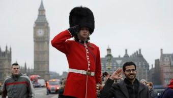 Analistas europeos estiman que el crecimiento del Reino Unido será más lento durante 2017, por el inicio del proceso del Brexit (AP)