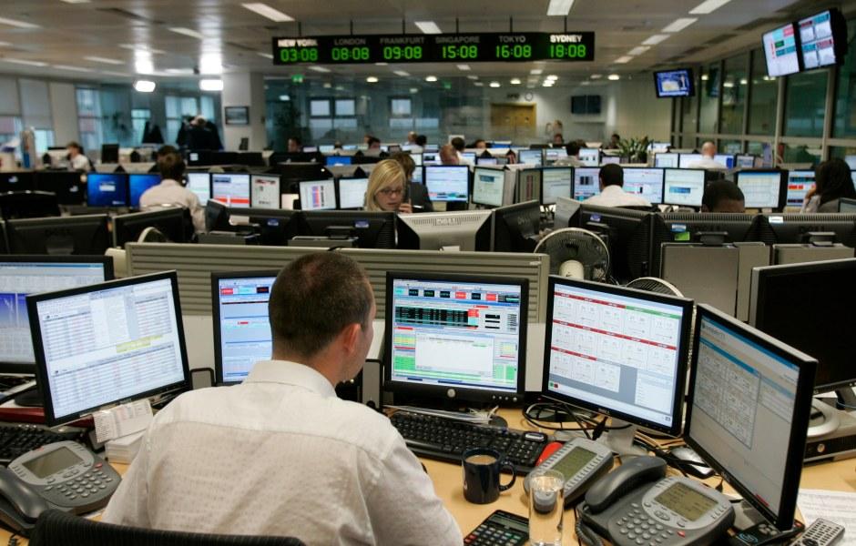 Los operadores atentos al cierre del mercado en la Bolsa de Londres (AP)