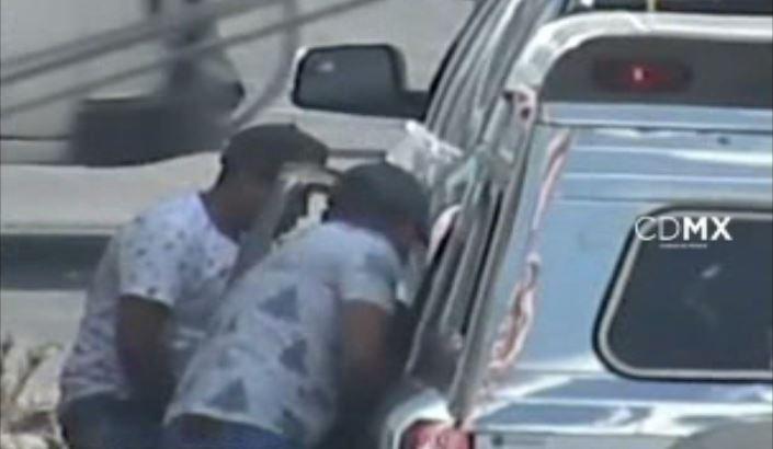 En un video de la cámara de video vigilancia del C2 se observa como dos hombres despojan a un automovilista de su dinero. (SSP-CDMX)
