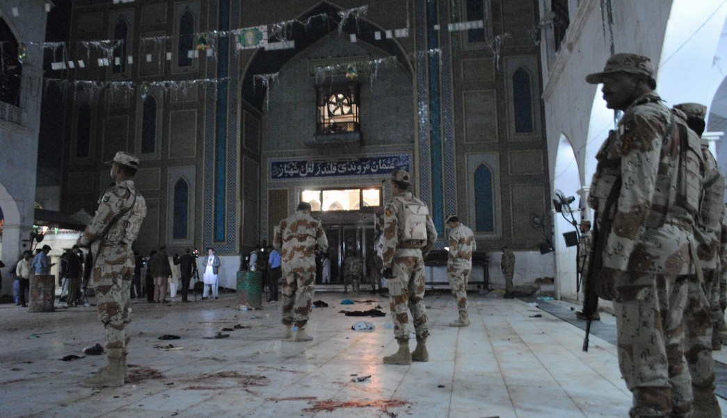 Soldados de Pakistán resguardan el templo sufí, en donde se registró un atentado y dejó 80 muertos. (Archivo/AP)