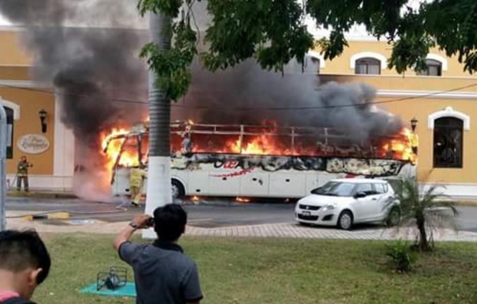 Un autobús turístico se incendió en el centro histórico de Campeche; bomberos controlaron el fuego que dañó también a dos vehículos estacionados cerca del lugar y parte de la fachada de un hotel.