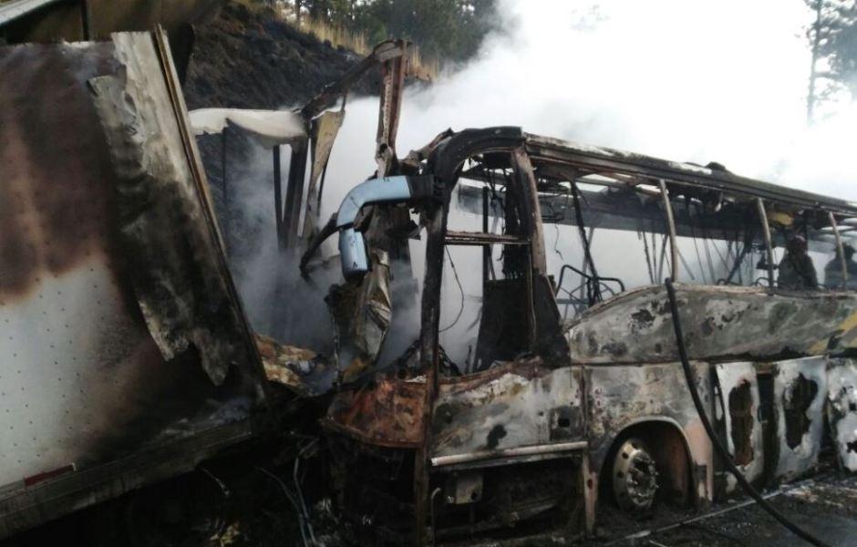Autobús de pasajeros se incendia tras chocar contra tráiler en la autopista México-Puebla. (Twitter/@luismiguelbaraa)