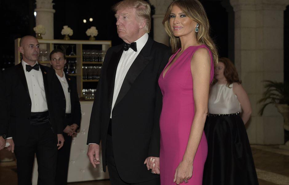 El presidente Donald Trump y la primera dama Melania Trump llegan a la 60ª Gala de la Cruz Roja en el complejo Mar-a-Lago de Trump en Palm Beach, Florida. (AP)