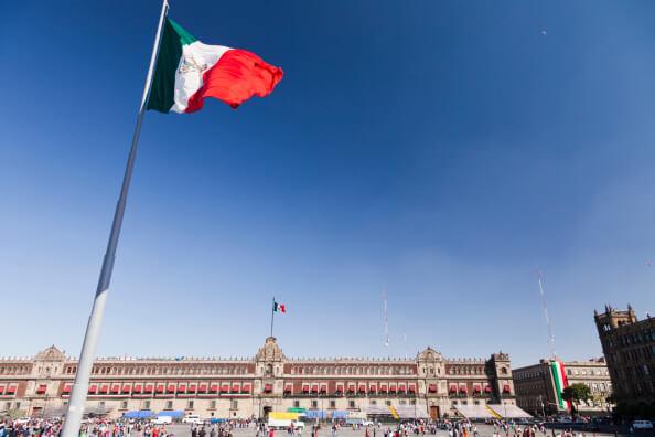 Aspectos de la bandera en el Zócalo capitalino. (Getty images, archivo)