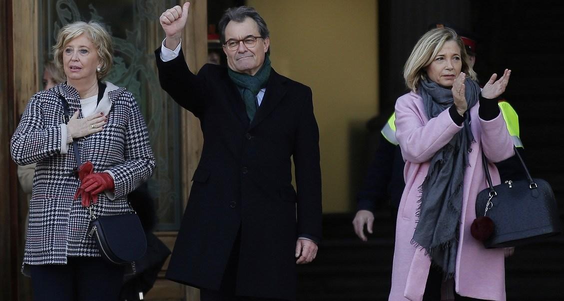 El ex presidente de la Generalitat de Catalunya, Artur Mas, saluda a simpatizantes en las inmediaciones del Tribunal Superior de Cataluña, Barcelona, donde se enfrenta a cargos por desobedecer una orden constitucional (AP)