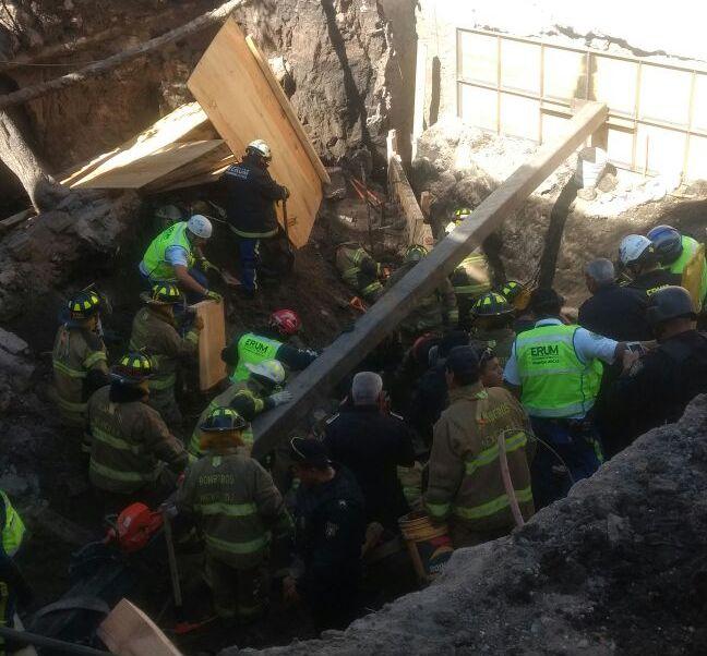 Cae barda de ocho metros de altura en la avenida Miguel Ángel de Quevedo, CDMX; hay lesionados y personas atrapadas. (Twitter/ @luismiguelbaraa)
