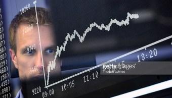 Un operador de la Bolsa de Frankfurt revisa el comportamiento del día. (Getty Images)
