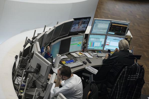 Operadores de la Bolsa de Frankfurt durante el cierre de sesión (Getty Images)
