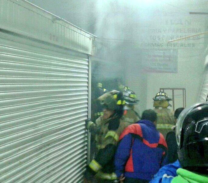 Bomberos laboran en incendio al interior en mercado en la colonia Roma Norte (Twitter @Iberomed)