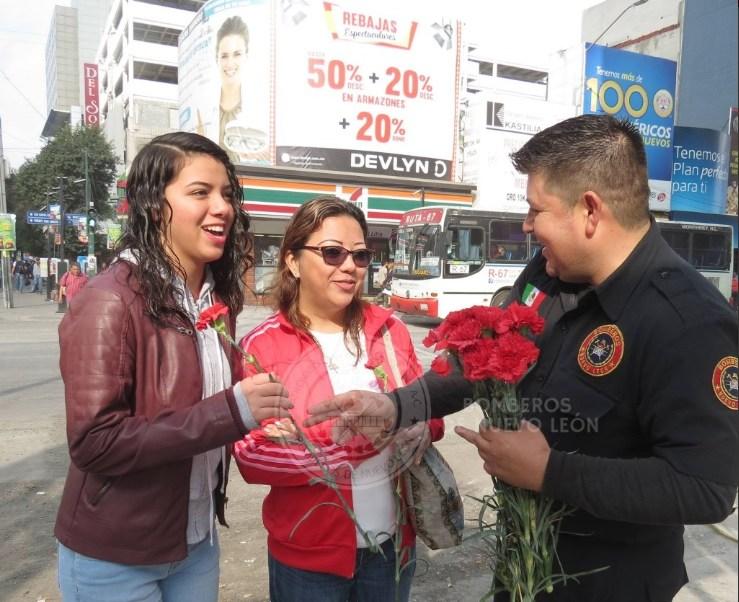 Un grupo de bomberos de Nuevo León sale a la calle Morelos a repartir flores con motivo del Día de San Valentín; reafirma su compromiso con la comunidad