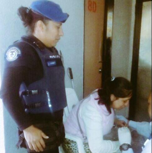 Elementos de la Policía capitalina rescatan a una mujer con debilidad visual que cayó a las vías del Metro San Antonio Abad. (SSP-CDMX)
