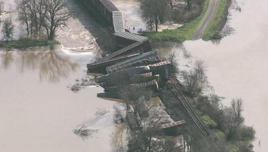 Un tren de carga se descarrila en California; 22 vagones caen al río Cosumnes. (http://www.kcra.com)