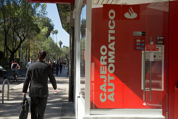 Vista de un cajero automático en una sucursal bancaria de la CDMX (Getty Images)