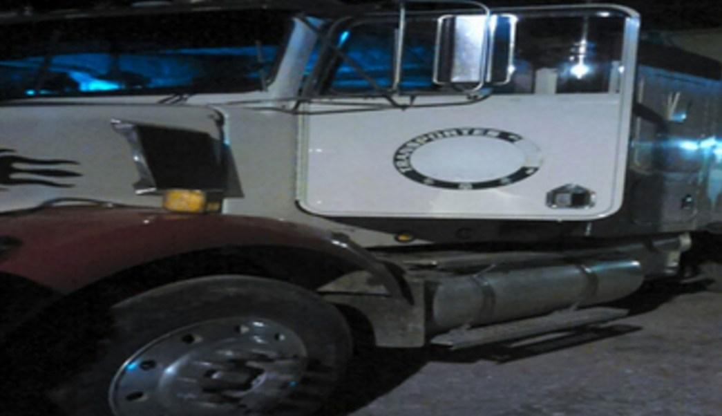 PGR asegura tracto camión con 30 mil litros de hidrocarburo en una ranchería de Tabasco.