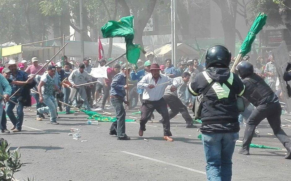 Policías impiden que un grupo de manifestantes cerrara Avenida Reforma con carpas (Twitter @SSP_CDMX)