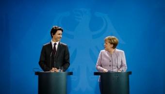 La canciller alemana, Angela Merkel, y el primer ministro canadiense, Justin Trudeau, se reúnen en Berlín, Alemania. (AP)