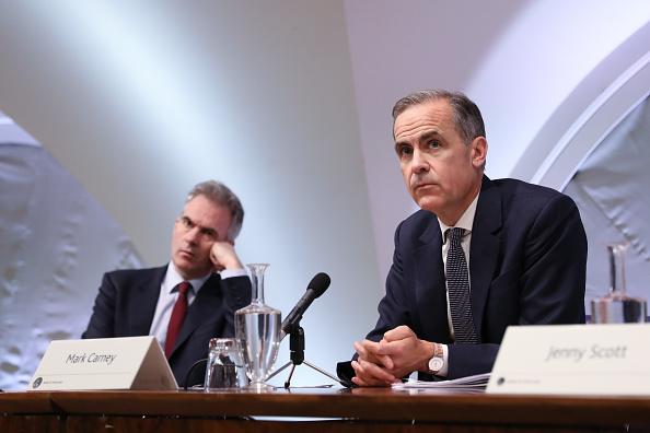 Mark Carney, gobernador del Banco de Inglaterra (BOE), a la derecha, y Ben Broadbent, vicegobernador para la política monetaria, durante el informe trimestral de inflación (Getty Images )