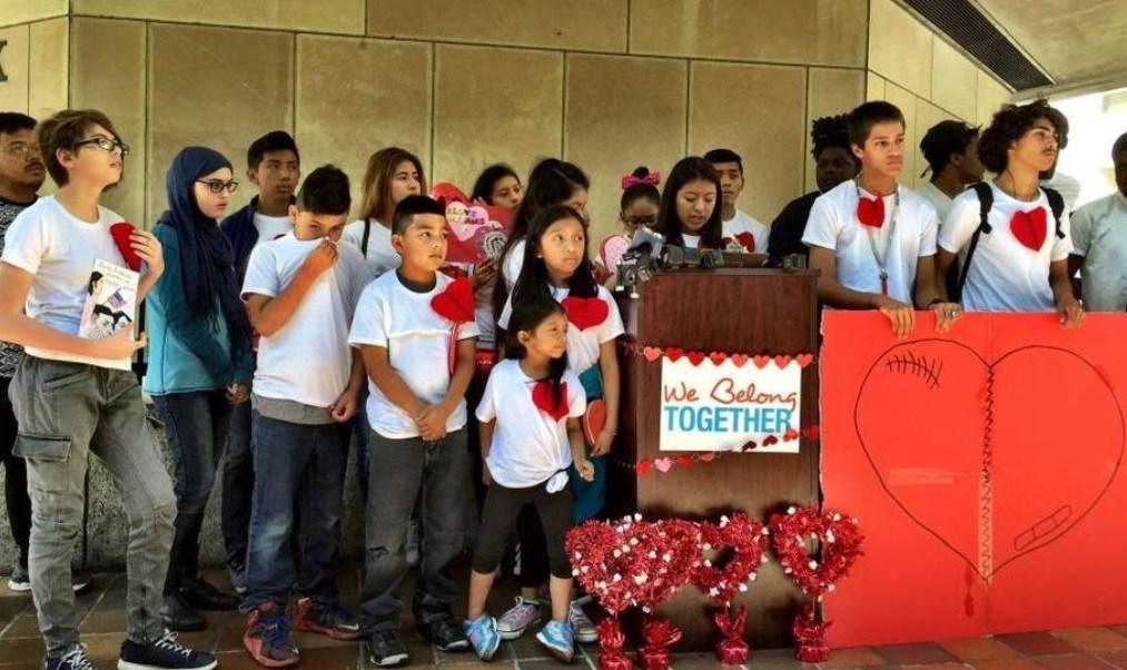 Un grupo de niños llevó mensajes de amor al alcalde de Miami-Dade, Carlos Gimenez; piden protección para sus padres inmigrantes, sin embargo el político no los atendió y dejaron las cartas en su oficina.