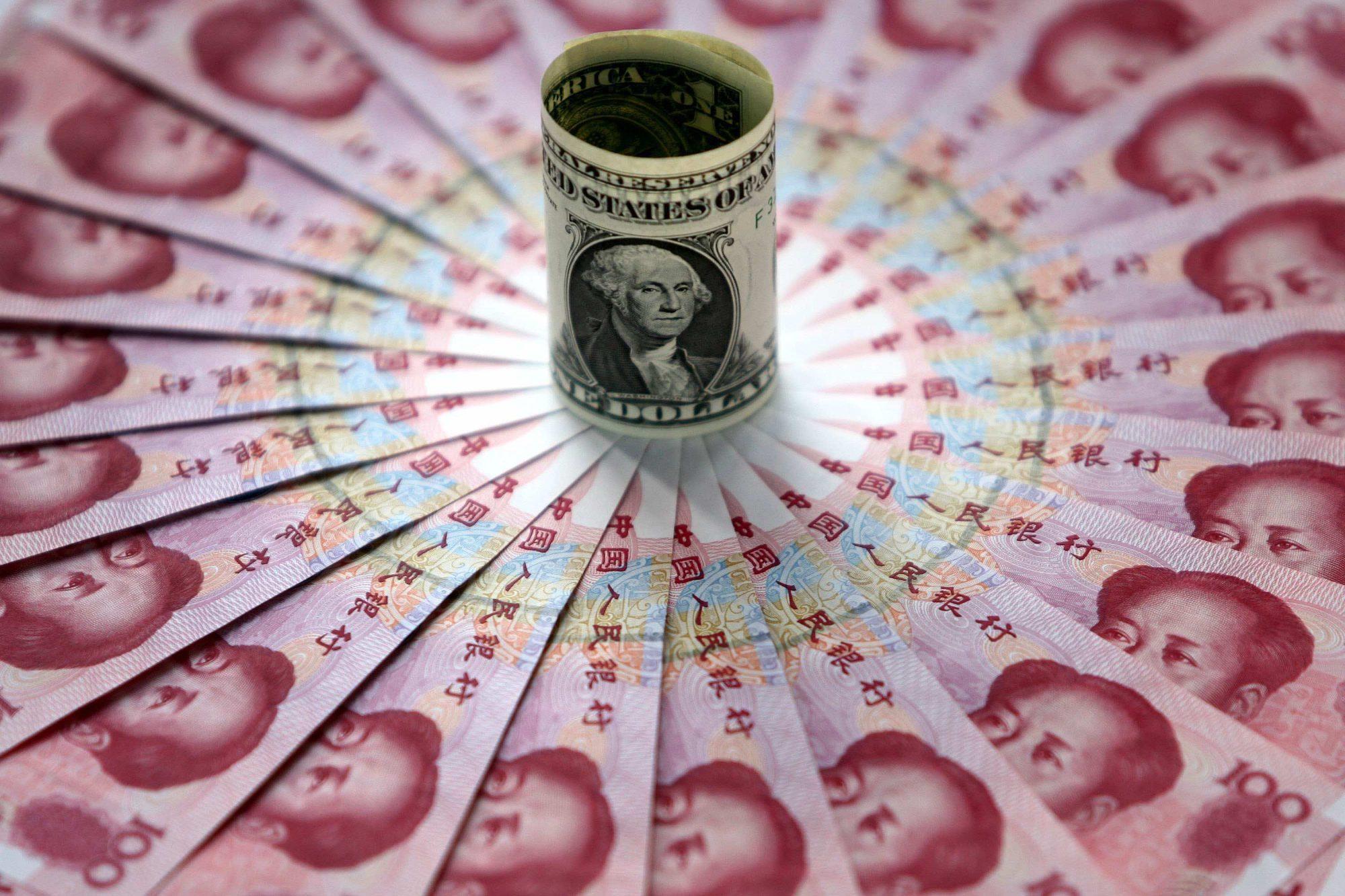Imagen ilustrativa con yuanes chinos y un dólar (Getty Images)