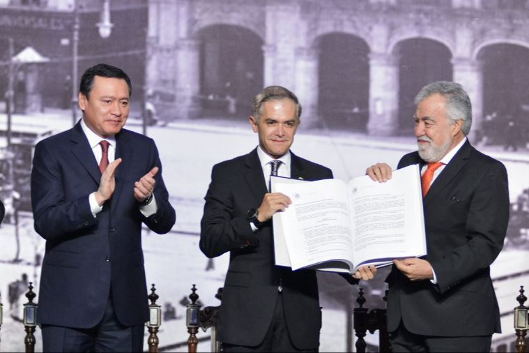 La Constitución de la Ciudad de México, elaborada en cuatro meses y medio de trabajos, fue entregada este 5 de febrero. (Twitter@osoriochong)