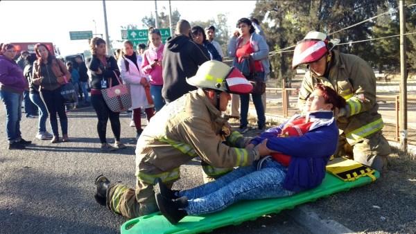 Bomberos atienden a una persona lesionada por el choque de un camión de pasajeros; el accidente deja 19 heridos (Twitter @PCJalisco)