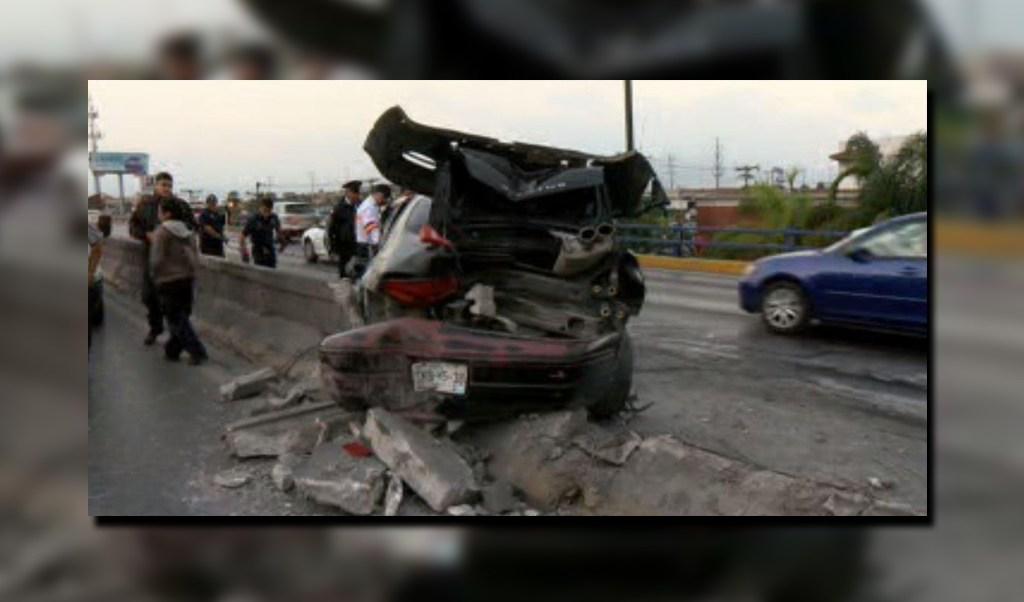 Automóvil se impacta en el muro de contención central de la avenida Barragán de San Nicolás; el chofer sufre lesiones