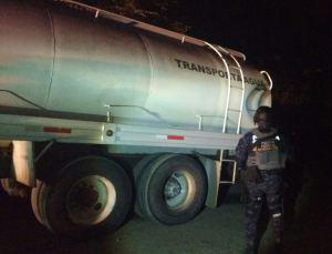 Personal de la Gendarmería y Pemex revisan una pipa que contiene alrededor de 20 mil litros de combustible obtenido de forma ilícita; el hidrocarburo es asegurado en Altamira, Tamaulipas