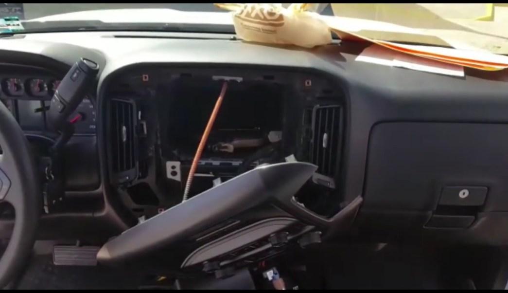 Compartimento oculto en una camioneta donde había dos armas; la Policía Federal realiza el aseguramiento del vehículo en Hermosillo, Sonora (YouTube-Policía Federal)