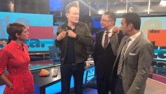 Conan O'Brien en entrevista para Despierta con Loret (Twitter, @CarlosLoret)